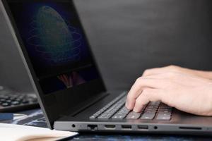 empresário trabalhando no conceito de computador portátil e tecnologia foto
