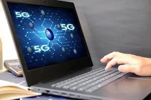 empresário usando um laptop mostrando conceitos de rede de tecnologia 3D foto