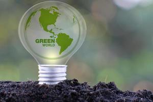 lâmpada salvar mundo e conceito de crescimento de negócios foto