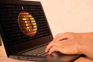 mão do empresário trabalhando no computador laptop e o conceito de tecnologia foto