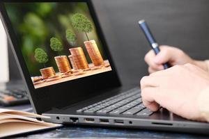 mão de empresário trabalhando em um computador laptop e trabalhando em casa conceito foto