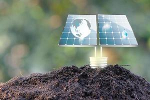 conceito mundial de economia de energia de célula solar foto