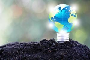 lâmpada, salvar mundo e conceito ecológico de negócios foto