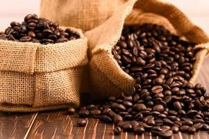 sacos de grãos de café em uma mesa de madeira