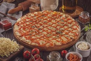 pizza com seis tipos de queijos, mussarela, provolone, parmesão, brasileiro, cheddar e gorgonzola foto