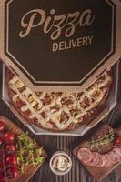 pizza com mussarela, linguiça calabresa, ovos, catupiry, azeitona e orégano em caixa de entrega