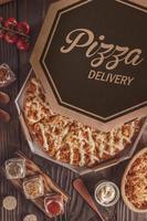 Pizza brasileira com mussarela, frango, catupiry e orégano em caixa de delivery