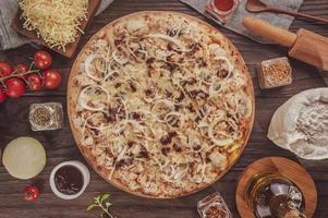 pizza com molho barbecue, frango grelhado, cebola e orégano foto