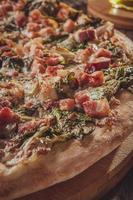 pizza brasileira com molho de tomate, mussarela, endívia, bacon e orégano
