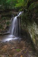 pequena cachoeira dauda no parque nacional gauja, letônia foto