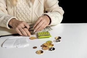 mulher fazendo auditoria de gastos domésticos na conta de casa foto