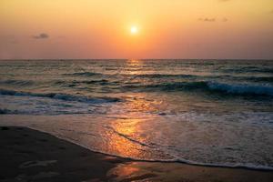 oceano colorido ondas do mar durante o nascer do sol ou o pôr do sol com o sol no fundo