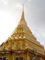 Banguecoque, Tailândia, 2021 - telhado dourado de Wat Phra Kaew foto