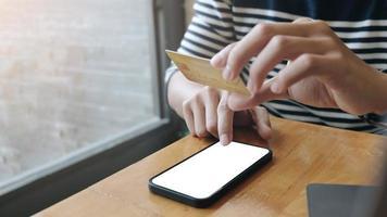 maquete de smartphone com pessoa comprando online