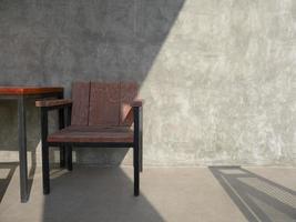 cadeira de madeira do lado de fora em pátio de concreto foto