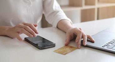 mulher inserindo as informações do cartão de crédito em um telefone