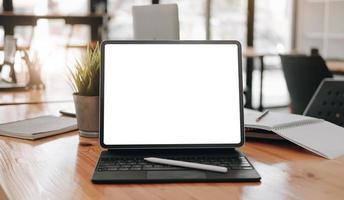 tablet com teclado e modelo de caneta