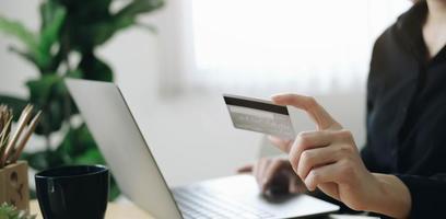 close-up de mãos segurando um cartão de crédito