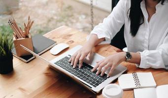 close-up de uma mulher trabalhando em uma mesa foto
