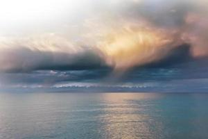 lindas nuvens sobre o mar foto