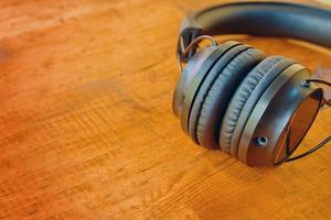 fones de ouvido em uma mesa de madeira foto