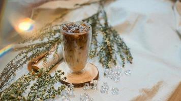 café com leite gelado e flores foto
