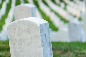pedras graves em um cemitério pacífico, foco seletivo em uma pedra frontal. foto