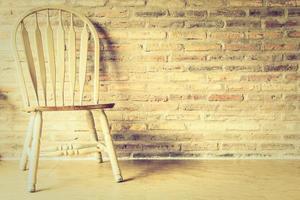 cadeira de madeira na parede
