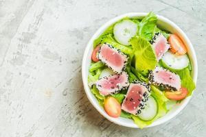 Salada de atum grelhado em tigela branca - comida saudável foto