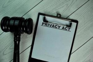 ato de privacidade escrito em papelada isolada na mesa de madeira