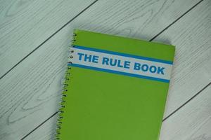 livro de regras isolado em mesa de madeira
