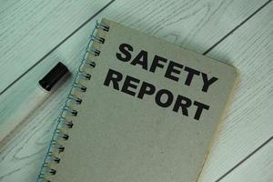 bloco de notas de relatório de segurança isolado em mesa de madeira foto