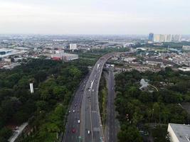 Bekasi, Indonésia 2021- vista aérea de rodovias e edifícios com pôr do sol e nuvens foto
