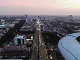Bekasi, Indonésia 2021- vista aérea do maior estádio de Bekasi de um drone com pôr do sol e nuvens