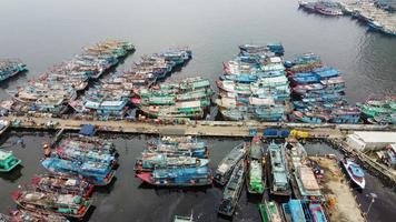 Jacarta, Indonésia 2021 - vista aérea de drones da praia de muara angke com barcos de madeira encostados ao píer