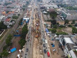 Bekasi, Indonésia 2021- engarrafamento nas ruas poluídas de Bekasi com o maior número de veículos motorizados e congestionamento de trânsito foto