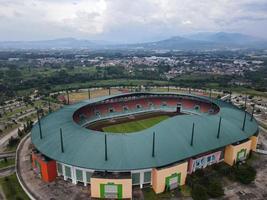 bogor, indonésia 2021 - vista aérea do maior estádio estádio pakansari de drone com nuvens e pôr do sol