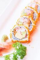 ponto de foco seletivo california roll maki sushi foto