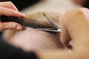 cabelo sendo cortado foto
