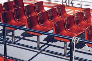 assentos vermelhos no barco foto