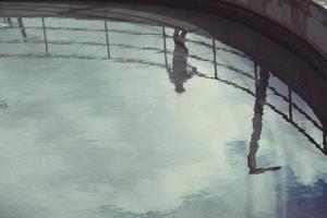 sombra do homem refletida na água foto