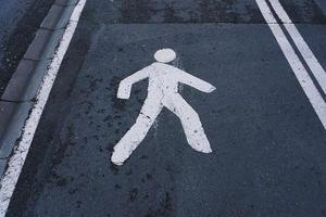 sinal de trânsito de pedestres na rua foto