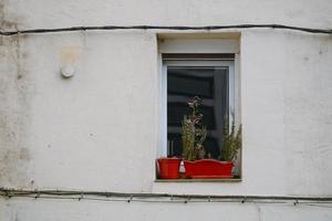 janelas na fachada branca da casa foto