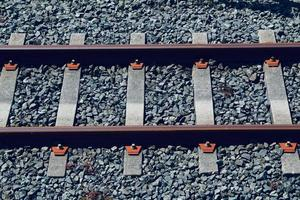 trem trilhos da ferrovia na estação foto