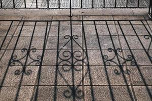 sombras da cerca metálica no chão