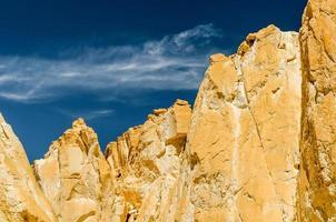 montanhas afiadas com céu azul profundo foto
