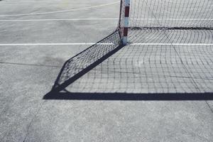 sombra do gol de futebol de rua no campo foto
