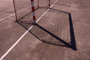 sombra do gol de futebol de rua no campo
