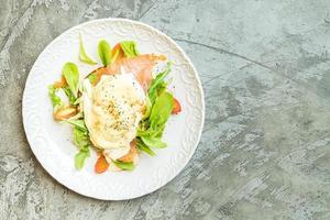 ovos pochê com salmão e salada de rúcula foto