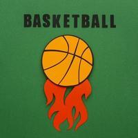 recorte de papel de uma bola de basquete vista de cima com chamas